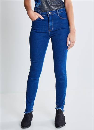 6fa0787a8 Calça Skinny em Jeans com Barra Desfiada - Moda Feminina e Masculina ...