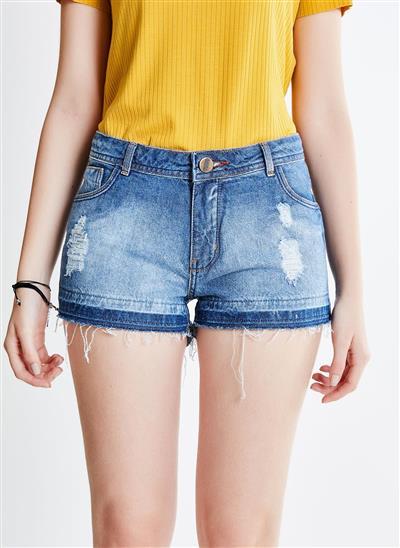 0e21a82d5 Short em Jeans com Barra Desfiada e Puídos - Moda Feminina e ...